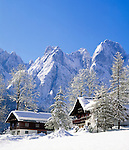 Austria, Upper Austria, Salzkammergut, Wintersport resort Gosau: Farmhouses at Dachstein mountains | Oesterreich, Oberoesterreich, Salzkammergut, Wintersportort Gosau: Bauernhaeuser am Fusse des Dachsteingebirges
