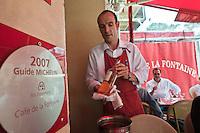 Europe/France/Provence-Alpes-Côte d'Azur/06/La Turbie: Service au  Le Café de la Fontaine - le bistrot de Bruno Cirino [Non destiné à un usage publicitaire - Not intended for an advertising use]