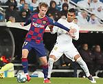 Real Madrid's Carlos Henrique Casemiro (r) and FC Barcelona's Frenkie De Jong during La Liga match. March 1,2020. (ALTERPHOTOS/Acero)