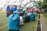 """Die letzten Fluechtlinge verlassen die Notunterkunft Kruppstrasse.<br /> Am Montag den 24. Juli 2017 zogen die letzten gefluechteten Menschen aus der Notunterkunft der Berliner Stadtmission in der Moabiter Kruppstrasse aus. Die Traglufthalle war im November 2014 als Notunterkunft errichtet und ist dann als Dauereinrichtung betrieben worden. Ohne Privatsphaere lebten manche Gefluechtete dort bis zu zwei Jahre. Nun wurden die Menschen in andere Unterkuenfte verteilt und der """"Ballon"""", wie er von den Bewohnern genannt wurde, wird abgebaut.<br /> Im Bild: Die letzten Gefluechteten warten auf ihren Trasport in ihre naechste Unterkunft.<br /> 24.7.2017, Berlin<br /> Copyright: Christian-Ditsch.de<br /> [Inhaltsveraendernde Manipulation des Fotos nur nach ausdruecklicher Genehmigung des Fotografen. Vereinbarungen ueber Abtretung von Persoenlichkeitsrechten/Model Release der abgebildeten Person/Personen liegen nicht vor. NO MODEL RELEASE! Nur fuer Redaktionelle Zwecke. Don't publish without copyright Christian-Ditsch.de, Veroeffentlichung nur mit Fotografennennung, sowie gegen Honorar, MwSt. und Beleg. Konto: I N G - D i B a, IBAN DE58500105175400192269, BIC INGDDEFFXXX, Kontakt: post@christian-ditsch.de<br /> Bei der Bearbeitung der Dateiinformationen darf die Urheberkennzeichnung in den EXIF- und  IPTC-Daten nicht entfernt werden, diese sind in digitalen Medien nach §95c UrhG rechtlich geschuetzt. Der Urhebervermerk wird gemaess §13 UrhG verlangt.]"""