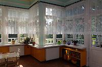 Kindergarten im Haus des ehemaligen Direktors der Papierfabrik in Ligatne, Lettland, Europa