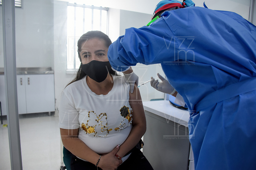 ARMENIA - COLOMBIA, 21-06-2021: Una mujer recibe la primera dosis de la vacuna contra el covid en medio de la pandemia de coronavirus en Armenia, Colombia. Según el último informe oficial del Ministerio de Salud y Protección Social, Colombia registra 99.934 víctimas del COVID-19. Con más de 500 fallecidos en las últimas 24 horas el país espera llegar a las 100.000 víctimas hoy. / A woman receives the first dose of the covid vaccine amid the coronavirus pandemic in Armenia, Colombia. According to the latest official report from the Ministry of Health and Social Protection, Colombia registers 99,934 victims of COVID-19. With more than 500 deaths in the last 24 hours, the country expects to reach 100,000 victims today. Photo: VizzorImage / Santiago Castro / Cont