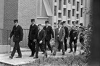 Palais de Justice. 4 octobre 1971. Vue d'ensemble de l'arrivée des accusés : vue de 3/4 face des accusés l'un derrière l'autre, chacun menotté à un policier. Cliché pris lors du procès de René Vignal (ancien footballeur), accusé d'une série de braquages perpétués à Toulouse et dans la région bordelaise entre 1969 et 1970. Observation: Au côté de René Vignal, comparaissaient également MM. Francis Bataille, Roger Claverie, Roger Martin, Marcel Filiol, Jean-Pierre Arrou, Guy Martin, René Doncel et Jean-Louis Parrenin.