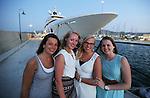Foto: VidiPhoto<br /> <br /> KOS – Vier Nederlandse vriendinnen vieren een all inclusive meivakantie op het Griekse eiland Kos. De eilandbewoners zijn echter niet zo blij met de in populariteit stijgende all inclusive vakanties van de diverse reisorganisaties. In plaats dat toeristen hun geld besteden bij de middenstand op het eiland, blijven ze nu veelal hangen bij de zwembaden en het gratis eten en drinken in de luxe vakantiehotels. De vier vriendinnen gaan echter regelmatig stappen in Kos-stad en bezoeken de historische hotspots. Deze maand zijn er meer Nederlandse toeristen op Kos dan er ooit in mei zijn geweest, aldus vakantie-aanbieder Corendon. Oorzaak is mogelijk de relatief lage hotelkosten op het eiland vanwege de crisis. Om de belasting te kunnen (blijven) ontduiken vragen winkels, horeca en verhuurbedrijven aan toeristen contant te betalen en niet met pin.