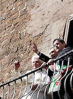 Papa Benedetto XVI sul balcone del Campidoglio, Roma, 9 marzo 2009, affiancato dal sovrintendente ai Beni Culturali Umberto Broccoli, al centro, e dal sindaco Gianni Alemanno, a destra..Pope Benedict XVI stands on the Campidoglio City Hall's balcony in Rome, 9 march 2009, flanked by Rome's Cultural Assets Superintendent Umberto Broccoli, center, and Mayor Gianni Alemanno, right..UPDATE IMAGES PRESS/Riccardo De Luca