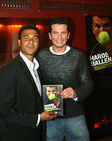 """20050120, Amsterdam, Presentatie eerste exemplaar van het boek """"harde ballen"""" van Richard Krajicek, het eerste exemplaar wordt in ontvangst genomen door Ruur Gullit."""