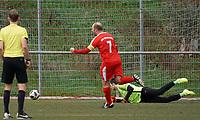 Nick Hölzel (SKV) erzielt das 1:0 gegen Torwart Konstantinos Cristiano Waliszewski (Nauheim) - Büttelborn 03.11.2019: SKV Büttelborn vs. SV 07 Nauheim, Gruppenliga Darmstadt