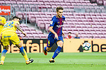 Denis Suarez Fernandez of FC Barcelona (L) in action during the La Liga 2017-18 match between FC Barcelona and Las Palmas at Camp Nou on 01 October 2017 in Barcelona, Spain. (Photo by Vicens Gimenez / Power Sport Images