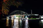WEESP - In het holst van de nacht ligt de nieuwe Weesperbrug te wachten op transport door  transportspecialist Ale uit Breda die de door ingenieursbureau Movares ontworpen en door bouwcombinatie KWS-Mercon gebouwde stalen Weesperbrug tussen de landhoofden over het Amsterdam-Rijnkanaal gaat leggen. De prefab in Gorinchem opgebouwde stalen boogbrug, is één van de vijf nieuwe bruggen die in opdracht van Rijkswaterstaat's project Kargo gebouwd worden, ter vervanging van verouderde bruggen en ter verhoging van de doorvaarthoogte voor vierlaagse containerschepen. De oude brug is eerder afgevoerd voor demontage. COPYRIGHT TON BORSBOOM