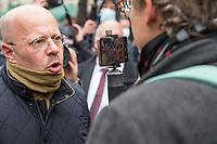 """Sogenannten """"Querdenker"""" sowie verschiedene rechte und rechtsextreme Gruppen hatten fuer den 18. November 2020 zu einer Blockade des Bundestag aufgerufen. Sie wollten damit verhindern, dass es eine Abstimmung ueber das Infektionsschutzgesetz gibt.<br /> Es sollen sich ca. 7.000 Menschen versammelt haben. Sie wurden durch Polizeiabsperrungen daran gehindert zum Reichstagsgebaeude zu gelangen. Sie versammelten sich daraufhin u.a. vor dem Brandenburger Tor.<br /> Im Bild: Der Rechtsextremist Andreas Edwin Kalbitz (aus der AfD ausgeschlossen) gibt dem Verschwoerungsanhaenger Martin le Jeune ein Interview.<br /> 18.11.2020, Berlin<br /> Copyright: Christian-Ditsch.de"""