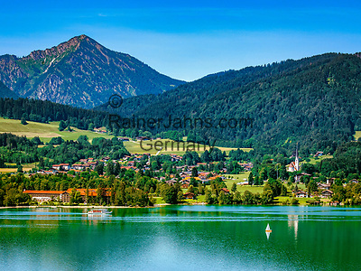 Deutschland, Bayern, Tegernseer Tal, Tegernsee: Blick ueber den See auf Bad Wiessee mit Kirche Maria Himmelfahrt | Germany, Bavaria, Tegernseer Valley, Lake Tegern: view across the lake at Bad Wiessee with church Mary Ascension