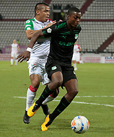 MANIZALES - COLOMBIA, 06-09-2018: Cesar Amaya (Izq) de Once Caldas disputa el balón con Ezequiel Palomeque (Der) de Deportivo Cali por la fecha 8 de Liga Águila II 2018 jugado en el estadio Palogrande de la ciudad de Manizales. / Cesar Amaya (L) player of Once Caldas fights for the ball with Ezequiel Palomeque (R) player of Deportivo Cali during match for the date 8 of the Aguila League II 2018 played at Palogrande stadium in Manizales city. Photo: VizzorImage / Santiago Osorio / Cont