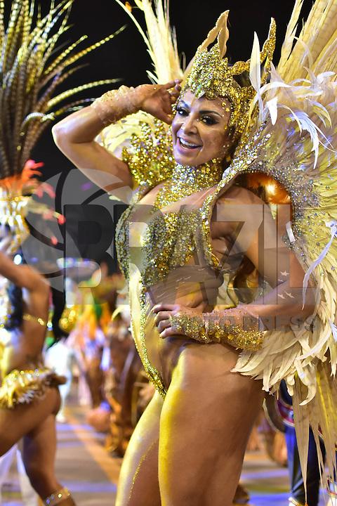 SÃO PAULO,SP - 26.02.2017 - CARNAVAL-SP - Rainha de bateria Stephanye Cristine da escola de samba Unidos do Peruche, durante desfile do grupo especial do Carnaval de São Paulo, no Sambódromo do Anhembi, zona norte de São Paulo, na madrugada deste domingo, 26. (Foto: Eduardo Carmim/Brazil Photo Press)