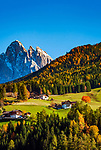 Italien, Suedtirol (Trentino - Alto Adige), Villnoesstal: Bergbauernhoefe oberhalb St. Peter vor der Geislergruppe im Naturpark Puez-Geisler | Italy, South Tyrol (Trentino - Alto Adige), Val di Funes: farmhouses above San Pietro with Le Odle mountains at natural park Puez-Odle at background