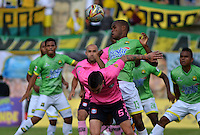 TUNJA -COLOMBIA-16-ABRIL-2016. Ariel Soto (Izq,) de Boyacá Chico disputa el balón con Jair Palacios (Der) de Bucaramanga  durante partido por la fecha 13 de Liga Águila I 2016 jugado en el estadio La Independencia./Ariel Soto (L) of Boyacá Chico for the ball with Jair Palacios (R) of Bucaramanga during the match for the date 13 of the Aguila League I 2016 played at La Independencia stadium in Tunja. Photo: VizzorImage / César Melgarejo  / Contribuidor