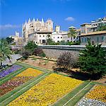 Spain, Mallorca, Palma de Mallorca: Parc de la Mar with Royal Palace Palau de l'Almudaina and Cathedral La Seu | Spanien, Mallorca, Palma de Mallorca: Parc de la Mar vor dem Koenigspalast Palau de l'Almudaina und der Kathedrale La Seu