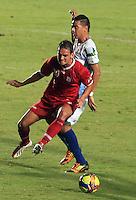 CALI - COLOMBIA -13-05-2013: Wander Luiz (Izq) del América, disputa el balón con Deiber Parra (Der.) de Jaguares durante  partido por la  Copa Postobon I en el estadio Pascual Guerrero de la ciudad de Cali, mayo 14 de 2013. (Foto: VizzorImage / Juan C. Quintero / Str). Wander Luiz (R) of America figths the ball with deiber Parra (L), of Jaguares during a match for the Postobon I Cup at the Pascal Guerrero stadium in Cali city, on May 14, 2013, (Photo: VizzorImage / Juan C. Quintero / Str)...