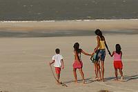 Elisane da Cruz Silva, 14 anos, assistem ao por do sol durante sessão defotos para Reuters na praia de Ajuruteua.<br /> Bragança, Pará, Brasil<br /> Foto Paulo Santos<br /> 29/08/2010