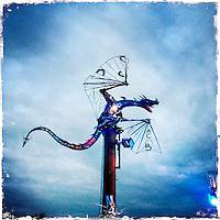 """Fusion-Festival 2014 auf dem Gelaende des Kulturkosmos e.V. in Laerz/Mecklenburg-Vorpommern.<br /> Bis zu 65.000 Menschen kommen jaehrlich fuer 5-6 Tage  zur """"Fusion"""" nach Laerz.<br /> Das linke Festival, was von den Besuchern und Machern scherzhaft auch als """"Ferienkommunismus"""" bezeichnet wird, ist eine Mischung aus Techno-Dancefloors, Theater und Live-Auftritten von politischen Bands.<br /> Die Karten fuer dieses Festival sind nur ueber die Fusion-Internetseite per Losverfahren zu kaufen. Nur ca. jede dritte bis vierte Anmeldung fuer eine Karte hat Erfolg.<br /> Im Bild: Eine Drachen-Installation an einem der Dance Floors.<br /> 29.6.2014, Laerz<br /> Copyright: Christian-Ditsch.de<br /> [Inhaltsveraendernde Manipulation des Fotos nur nach ausdruecklicher Genehmigung des Fotografen. Vereinbarungen ueber Abtretung von Persoenlichkeitsrechten/Model Release der abgebildeten Person/Personen liegen nicht vor. NO MODEL RELEASE! Don't publish without copyright Christian-Ditsch.de, Veroeffentlichung nur mit Fotografennennung, sowie gegen Honorar, MwSt. und Beleg. Konto: I N G - D i B a, IBAN DE58500105175400192269, BIC INGDDEFFXXX, Kontakt: post@christian-ditsch.de<br /> Urhebervermerk wird gemaess Paragraph 13 UHG verlangt.]"""