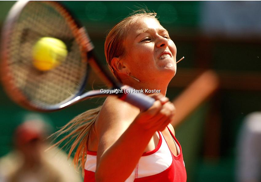 28-05-2004, Paris, tennis, Roland Garros, Sharapova in her match against Zvonareva