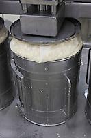 Europe/France/Midi-Pyrénées/12/Aveyron/Aubrac/Laguiole: Fabrication du Fromage de Laguiole AOP à la Coopérative Jeune Montagne  -  Pressage des Fourmes