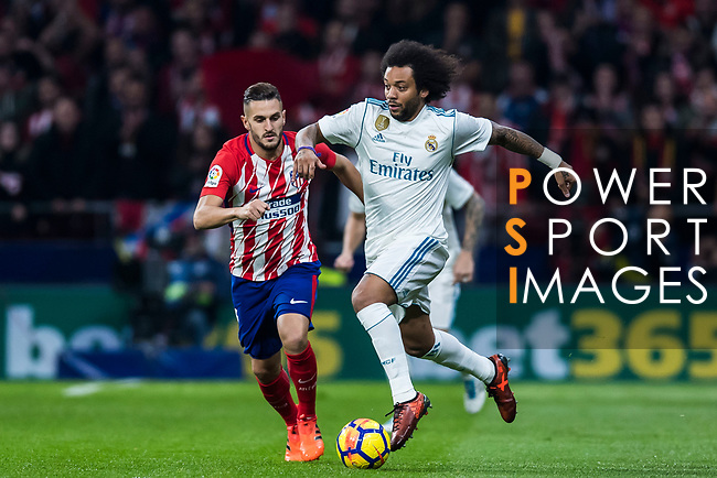 Marcelo Vieira Da Silva (r) of Real Madrid fights for the ball with Saul Niguez Esclapez of Atletico de Madrid during the La Liga 2017-18 match between Atletico de Madrid and Real Madrid at Wanda Metropolitano  on November 18 2017 in Madrid, Spain. Photo by Diego Gonzalez / Power Sport Images