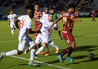 IBAGUE -COLOMBIA, 30-10-2016: Armando Vargas (Der) jugador de Deportes Tolima disputa el balón con Juan Nuñez (Izq.) jugador del Deportivo Pasto, durante partido por la fecha 18 de la Liga Aguila II 2016 entre Deportes Tolima y Deportivo Pasto,  jugado en el estadio Manuel Murillo Toro de la ciudad de Ibague. / Armando Vargas (R) player of  Deportes Tolima vies for the ball with Juan Nuñez (L) player of Deportivo Pasto, during a match for the date 18 of the Aguila League II 2016, between Deportes Tolima and Deportivo Pasto,  played at Manuel Murillo Toro stadium in Ibague city. Photo: VizzorImage / Juan Carlos Escobar / Cont.