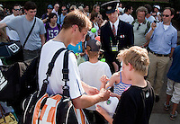 23-06-10, Tennis, England, Wimbledon, Thiemo de Bakker wordt na zijn partij overvallen door handtekeningjagers