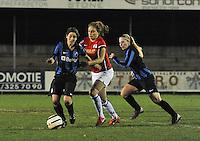 Club Brugge Vrouwen - PSV Eindhoven :<br /> <br /> Mirte Roelvink (M) probeert zich een weg te banen tussen Jana Coryn (R) en Lore Dezeure (L)<br /> <br /> <br /> foto Dirk Vuylsteke / Nikonpro.be