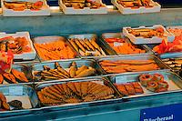 Boote mit Verkauf von Räucherfisch am alten Hafen in Wismar, Mecklenburg-Vorpommern, Deutschland