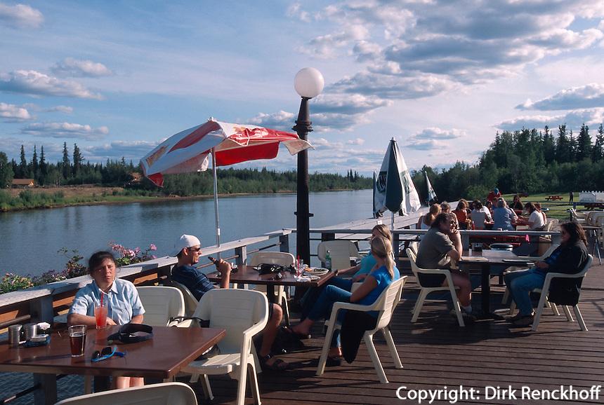USA, Alaska, Terrasse des  Restaurant The Pumphouse in Fairbanks am Chena-River