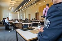 Sondersitzung Innenausschuss des Berliner Abgeordnetenhauses am Montag den 17. September 2018.<br /> Die Oppositionsfraktionen CDU und FDP hatten die Sitzung beantragt, da sie die Ernennung der frueheren Polizei-Vizepraesidentin Margarete Koppers zur Generalstaatsanwaeltin scharf kritisieren. Dem InnensenatorAndreas Geisel (SPD) wird vorgeworfen, ein Disziplinarverfahren gegen die fruehere Polizei-Vizepraesidentin unterbunden zu haben. Gegen Koppers laufen Ermittlungen Wegen der vergifteten Polizei-Schiessstaende. Ihr wird vorgeworfen, als Polizei-Vizepraesidentin zu wenig gegen die schadstoffbelasteten Schiessstaende getan zu haben. Erst Anfang September starb ein Schiesstrainer.<br /> Im Bild: <br /> 17.9.2018, Berlin<br /> Copyright: Christian-Ditsch.de<br /> [Inhaltsveraendernde Manipulation des Fotos nur nach ausdruecklicher Genehmigung des Fotografen. Vereinbarungen ueber Abtretung von Persoenlichkeitsrechten/Model Release der abgebildeten Person/Personen liegen nicht vor. NO MODEL RELEASE! Nur fuer Redaktionelle Zwecke. Don't publish without copyright Christian-Ditsch.de, Veroeffentlichung nur mit Fotografennennung, sowie gegen Honorar, MwSt. und Beleg. Konto: I N G - D i B a, IBAN DE58500105175400192269, BIC INGDDEFFXXX, Kontakt: post@christian-ditsch.de<br /> Bei der Bearbeitung der Dateiinformationen darf die Urheberkennzeichnung in den EXIF- und  IPTC-Daten nicht entfernt werden, diese sind in digitalen Medien nach §95c UrhG rechtlich geschuetzt. Der Urhebervermerk wird gemaess §13 UrhG verlangt.]