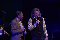 CULTUUR: SNEEK: Theater Sneek, Boek&CD presentatie Syb van der Ploeg I Leven voor muziek en sport', ©foto Martin de Jong<br /> <br /> Boek&CD presentatie Syb van der Ploeg Sneek<br /> <br /> Syb van der Ploeg reikte tijdens een muzikale voorstelling in Theater Sneek een nieuw verschenen boek uit aan zijn sporthelden waar hij in de loop der jaren door werd geïnspireerd.<br /> De grote namen die op het podium stonden waren o.a winnaar van de laatste Elfstedentocht Henk Angenent, de legendarische Nederlandse marathonloper Gerard Nijboer, Neerlands beste triatleet aller tijden Rob Barel, de wereldvermaarde wielrenner Hennie Kuiper en onze aller gerenommeerde voetbalcoach Foppe de Haan. Voormalig langebaanschaatser Rintje Ritsma, die als allrounder veel titels in de wacht sleepte, was helaas verhinderd. <br /> Van deze sportgrootheden staan prachtige verhalen in het boekwerk opgetekend door Syb van der ploeg die samen met schrijfster Roely Boer er mooi resultaat van heeft gemaakt. De titel 'Syb van der Ploeg I leven voor muziek en sport' gaat ook over Syb zijn levensloop als muzikant. In het boek staan foto's die herinneringen oproepen aan vervlogen jaren van sport en muziek.