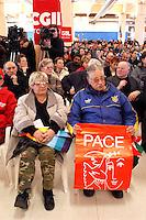 - meeting for the peace and against the war in  Iraq organized by  CGIL labor union of  harbour workers of Livorno....- assemblea per la pace e contro la guerra in Iraq organizzata dal sindacato CGIL dei lavoratori portuali di Livorno