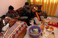06.12.2008 Delhi(Haryana)<br /> <br /> Different occupations during the puja preparation(bride) with the priest.<br /> <br /> Differentes occupations pendant la préparation de la puja(mariée) avec le prêtre.
