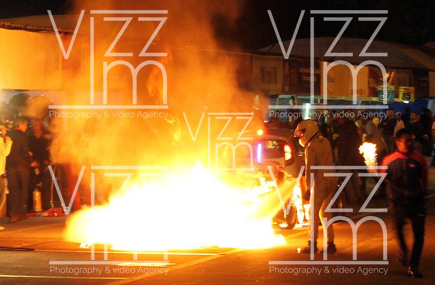 TOCANCIPA-COLOMBIA- 07 -12--2013. Muy atentos estuvieron los bomberos de Tocancipa , coequiperos y pilotos controlando los 6 incedios que se produjeron en las maquinas en pits cuando se tanqueaban .Automovilismo  Seis Horas de Bogota  Premio Mobil-1-Motor-Tortugas  en su 28 edicion con la participacion de  pilotos de Ecuador,Venezuela,Panama ,Argentina, Francia,USA, Brasil y Colombia .70 autos en siete categorias estuvieron  en pista / Very workers  Tocancipa were firefighters, pilots controlling teammates and 6 Fire trucks that were in the pit when machines were loaded with gaolina Start of the six-hour-1-Bogota Premio Mobil-1-Motor-Tortugas  at its 28th edition with the participation of pilots Ecuador, Venezuela, Panama, Argentina, France, USA, Brazil and Colombia 70 cars in seven categories will be in track.Photo: VizzorImage / Felipe Caicedo / Staff
