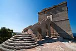 """Vista di Torre dell'Alto - Reportage fotografico di Alessandro Caniglia, Alessandro De Matteis e Dario Luceri - Il Parco Naturale Regionale di Porto Selvaggio è situato lungo la costa ionica e ricade nel comune di Nardò (Lecce). Definito come """"area di notevole interesse pubblico"""" già nel 1939, è stato effettivamente istituito come Parco nel 2004. I suoi limiti sono compresi tra la baia di Frascone (a nord) e la Torre dell'Alto (a sud). Ha una estensione complessiva di circa 1000 ettari.Porto Selvaggio è una delle zone tra le più incontaminate del litorale Ionico, con un paesaggio caratterizzato da una pineta di ca. 300 ettari e da una macchia mediterranea ricca di acacee e ginestre..Lungo la costa sono presenti molte cavità carsiche, con varie insenature, grotte sommerse.Per gli amanti della natura il paesaggio è estremamente suggestivo in ogni stagione: molto silenzioso e rilassante in autunno, inverno e primavera, ricco di colori e festoso in estate, con il canto delle cicale che accompagna i visitatori lungo i sentieri e di tratti di scogliera che portano fino alla spiaggia. Il mare limpido e azzurro, con un fondale ricco di flora e fauna marina, è spesso meta di numerosi subacquei."""