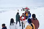 Femme inuit revenant à Tassilaq de la maternité de Ammasalik avec son bébé par l'hélicoptère. Groënland (côte Est). Région d'Angmagssalik. Inuit woman coming back from the maternity of Ammasalik in her village of Tassilaq). Greenland (East coast).