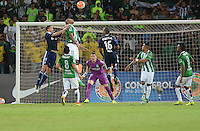 MEDELLIN-COLOMBIA, 26-10-2016. Acción de juego entre  Atlético Nacional de Colombia  y Coritiba de Brasil  durante encuentro  por la Copa Sudamericana 2016 cuartos  de final  disputado en el estadio Atanasio Girardot./ Action game between Atletico Nacional of Colombia  and Coritiba of Brazil during match for the Sudamericana Cup 2016  played at Atanasio Girardot stadium . Photo:VizzorImage / León Monsalve / Contribuidor