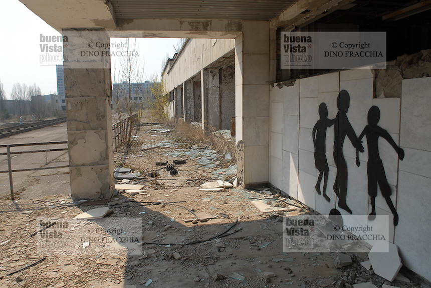 - 20 years from the nuclear incident of Chernobyl, the Prypiat abandoned town, where lived about 50.000 people, technicians and staff of the nuclear power station with their families, that was evacuated too late some days after the catastrophe..- 20 anni dall'incidente nucleare di Chernobyl, la città abbandonata di Prypiat, dove abitavano 50.000 persone, tecnici e personale della centrale nucleare con le loro famiglie, che furono tardivamente evacuati alcuni giorni dopo la catastrofe