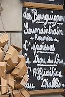 Europe/France/Bourgogne/89/Yonne/Chablis: Détail devanture d'une épicerie, ardoise proposant les fromages de Bourgogne