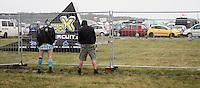 With Full Force XVIII.Das With Full Force (kurz WFF) ist eines der größten Musikfestivals für Metal, Hardcore und Punk in Deutschland. Jährlich lockt es am ersten  Juliwochenende um die 30.000 Metal- und Hardcore-Fans auf den Segelflugplatz Roitzschjora bei Löbnitz statt. In diesem Jahr hat es das Wetter nicht gut gemeint. Dauerregen und 15 Grad bestimmten den kompletten Samstag. Regenjacken, bunte Gummistiefel und Regenschirme wohin das Auge blickte. Trotzdem: Auf zwei Bühnen rockten am zweiten Festivaltag unter anderem Terror, Satyricon, Cavalera Conspiracy, Hatebreed, Die Kassierer, Blood For Blood, Knorkator und Mad Sin das Publikum..Im Bild: Ist das Klo besetzt, eignet sich der Zaun genauso gut. .Foto: Karoline Maria Keybe
