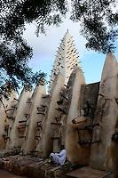 BURKINA FASO, Bobo Dioulasso, old mosque in sudanese style / alte Moschee aus Lehm im sudanesischen Baustil