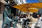 Portugal, Lissabon: Cafe A Brasileira und Bronzestatue des Dichters Fernando Pessoa | Portugal, Lisbon: Cafe A Brasileira and poet Fernando Pessoa (bronze statue)