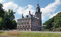 Nederland Breukelen - 2020. Kasteel Nijenrode aan de Vecht. Rond 1275 liet Gerard Splinter van Ruwiel hier een eerste kasteel bouwen. In 1946 vestigde de Stichting Nijenrode, Instituut voor Bedrijfskunde zich in het kasteel, dat in 1950 door de stichting werd aangekocht. In 1982 veranderde de naam in Universiteit Nijenrode, totdat eind jaren 1990 de ij vervangen werd door de y. Sinds 2005 staat de universiteit bekend als Nyenrode Business Universiteit. Foto Berlinda van Dam / Hollandse Hoogte