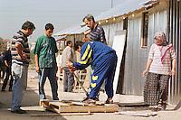 Nach dem Erdbeben im August in der Tuerkei leben tausende Menschen in Zeltlagern und Behilfszelten.<br /> Da staatliche Hilfe nur zoegernd oder gar nicht kommt, haben sich die Bewohner der schwer getroffenen Ortschaft Altmis Evler selber daran gemacht halbwegs winterfeste Unterkuenfte zu bauen.<br /> Hier: Alle Mitglieder der Familie Kantarci sind am Bau der Wellblechhuetten beteiligt. Kosten ca. 500 Millionen Lira (2.000 DM). Das durchschnittliche Monatseinkommen liegt bei nur 100 bis 120 Millionen Lira.<br /> 14.10.1999, Altmis Evler/Tuerkei<br /> Copyright: Christian-Ditsch.de<br /> [Inhaltsveraendernde Manipulation des Fotos nur nach ausdruecklicher Genehmigung des Fotografen. Vereinbarungen ueber Abtretung von Persoenlichkeitsrechten/Model Release der abgebildeten Person/Personen liegen nicht vor. NO MODEL RELEASE! Nur fuer Redaktionelle Zwecke. Don't publish without copyright Christian-Ditsch.de, Veroeffentlichung nur mit Fotografennennung, sowie gegen Honorar, MwSt. und Beleg. Konto: I N G - D i B a, IBAN DE58500105175400192269, BIC INGDDEFFXXX, Kontakt: post@christian-ditsch.de<br /> Bei der Bearbeitung der Dateiinformationen darf die Urheberkennzeichnung in den EXIF- und  IPTC-Daten nicht entfernt werden, diese sind in digitalen Medien nach §95c UrhG rechtlich geschützt. Der Urhebervermerk wird gemaess §13 UrhG verlangt.]