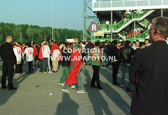 Arnhem,28-04-99  foto:Koos Groenewold<br />Onopvallend houden politie-agenten de menigte bij het Gelredome stadion in de gaten,waar vanavond Nederland-Marokko wordt gespeeld.Alleen een oortelefoontje verraad dat het hier om een politieagent gaat.