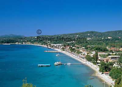 Greece, Corfu, Ypsos: View over holiday village and bay | Griechenland, Korfu, Ypsos: Urlaubsort mit Bucht und Strand