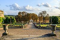 France,  Indre-et-Loire (37), Chançay, jardins du château de Valmer, allée axée sur le portail d'entrée el l'ancien château détruit