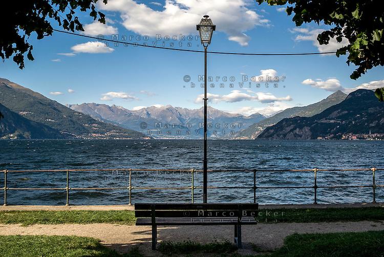 Bellagio, Lago di Como. Panchina e lampione --- Bellagio, Lake Como. Bench and lamppost